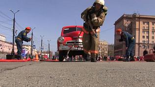 Пожарно-спасательный кроссфит на главной площади Челябинска. ВИДЕО