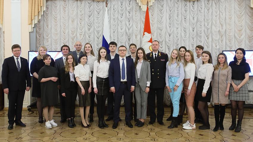 Алексей Текслер наградил участников конкурса социальной рекламы