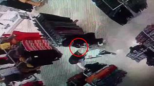 Ловкая кража iPhone в ТРК попала на видео
