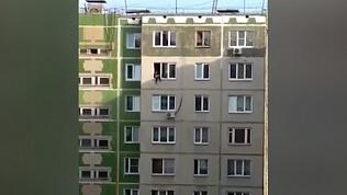 Посиделки девочки на окне закончились приездом полиции и пожарных. ВИДЕО