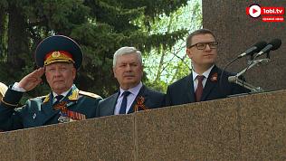 Алексей Текслер впервые оказался на параде на площади Революции в Челябинске