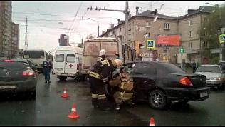 Крупная авария в центре Челябинска. Легковушка столкнулась с маршруткой