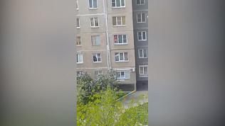 В Курчатовском районе девочка в окне напугала местных жителей