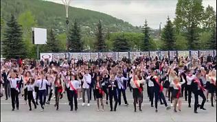 Выпускники в Златоусте организовали танцевальный флешмоб