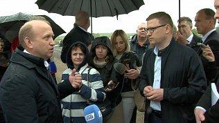 Алексей Текслер отдал свой зонт девушкам