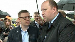 Во время встречи с дорожниками Алексей Текслер уступил зонт девушкам