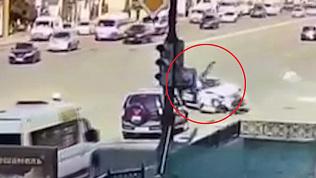 Момент столкновения патрульного мотоцикла ДПС и легковушки в центре попал на видео