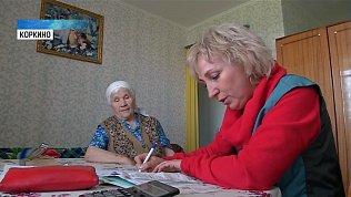 Пенсионерка делает зарядку и учит стихи с соцработником