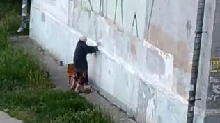 Пенсионерка в Магнитогорске начала войну с плохим граффити