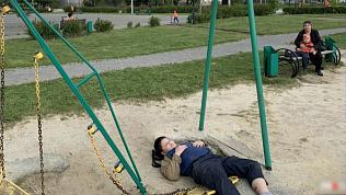 В Челябинске упавшие качели сломали ребенку ногу