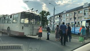 Челябинца в автомобиле насмешил сломанный троллейбус и его пассажиры