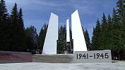 Неизвестные разворотили плиты Мемориала Славы в Златоусте
