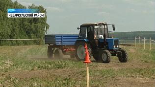 Механизаторы соревнуются в управлении трактором