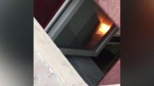 Открытый огонь в подвале жилого дома. ВИДЕО