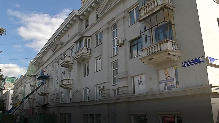 С фасада дома на проспекте Ленина в Челябинске начали срезать балконы