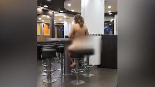 Обнажённая женщина пришла ночью в Челябинский ресторан. Видео