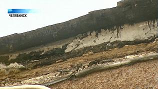 В Калининском районе сняли повисший парапет