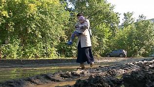 Детей-инвалидов водят в школу через грязь