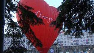 Воздушный шар в виде сердца взмыл в небо над Челябинском