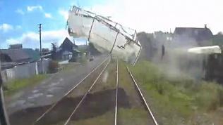 В Магнитогорске трамвай сбил летающую теплицу