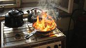Забудьте о воде: как избежать пожара при готовке на раскаленном масле
