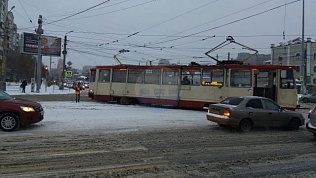 Из-за снегопада с рельсов сошел трамвай в Челябинске