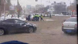 Сотрудники ГИБДД вручную «эвакуируют» машины с места ДТП
