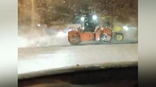 На улице Горького асфальт укладывали на снег