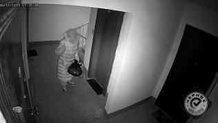 Бабушка производит таинственный ритуал перед соседской дверью