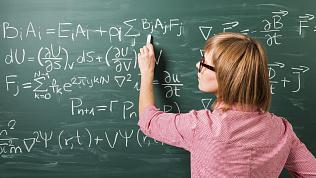 Сотни школьников в Пласте не могут учить физику