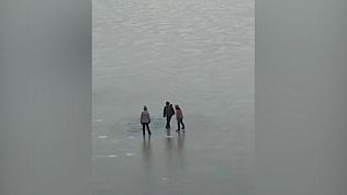 Дети в Миассе гуляют по тонкому льду