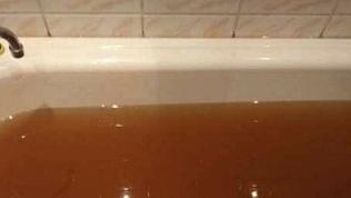 На «ржавую» воду в кранах жалуются жители Златоуста