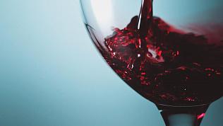 «Классическое правило работает»: сомелье рассказывает, как выбрать вино к праздничному столу