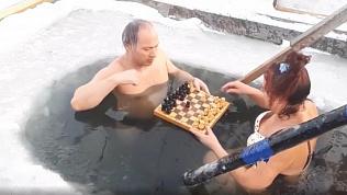 Челябинская «моржиха» рассказала, зачем берет в прорубь шахматы