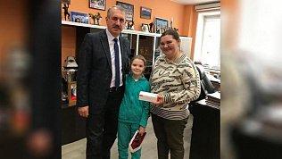 Леонид Одер вручил подарок девочке, письмо которой он снял с «Елки желаний»