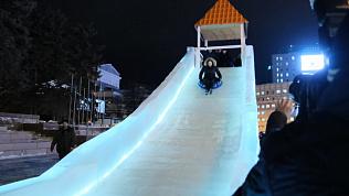 Наталья Котова катается с ледяной горки