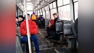Дедушка в трамвае играет на баяне для пассажиров