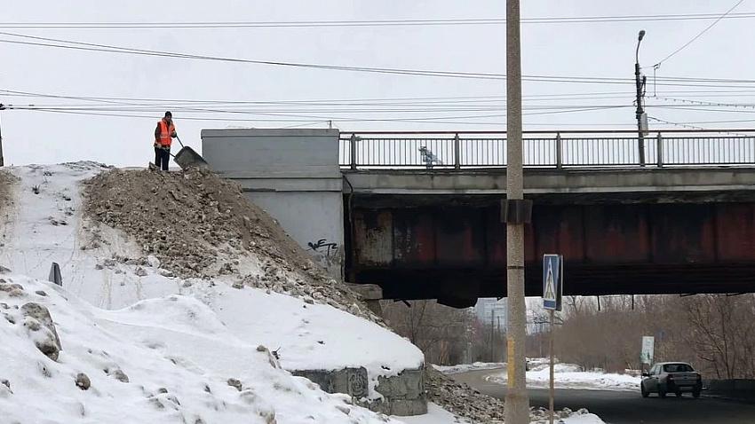 В Челябинске дорожники топят черный снег в реке Миасс