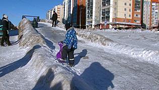 «В Челябинске весь снег такой»: грязную горку подарили жителям Северо-Запада