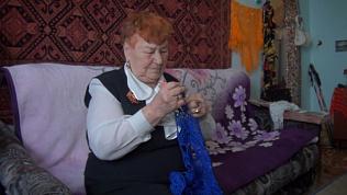 Тепло и особая энергетика: пенсионерка вяжет платки для бывших блокадников