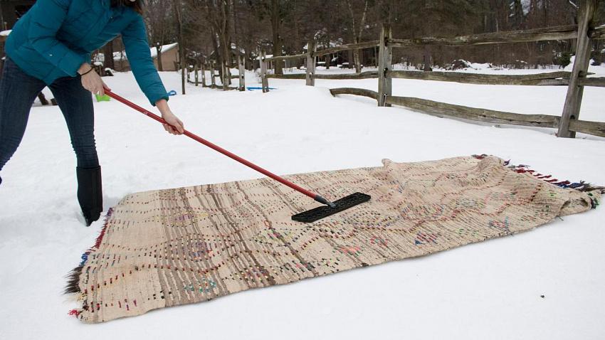 Как почистить ковер снегом