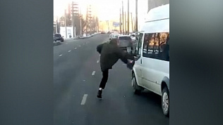 Драка водителя маршрутки и пассажира попала на видео