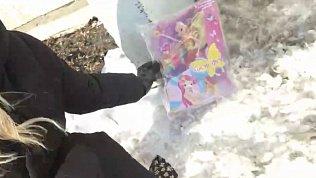 Жители Копейска несут игрушки к месту гибели маленькой девочки
