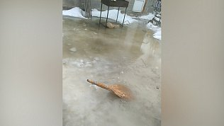 В Полетаево из-за коммунальной аварии топит жилой дом