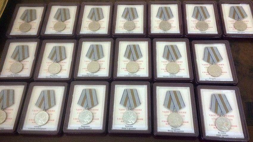 Алексей Текслер вручил ветеранам Великой Отечественной войны медали к 75-летию Победы
