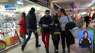 Южноуральские дети оплачивают покупки картами