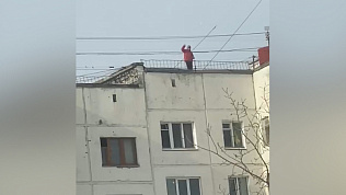 Подростки бросают мусор с крыши многоэтажки