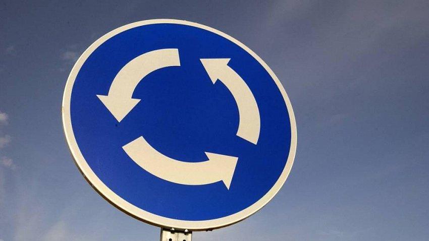 Какой поворотник включать при въезде на круговое движение