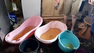 Жильцы ветхоаварийного дома живут по колено в воде