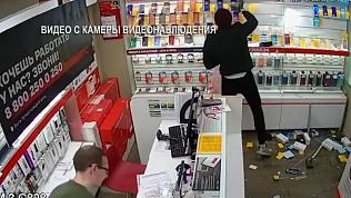 Нападение на салоны сотовой связи попало на видео
